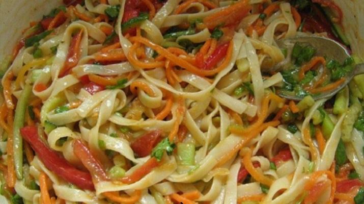 Вегетарианская лапша с овощами