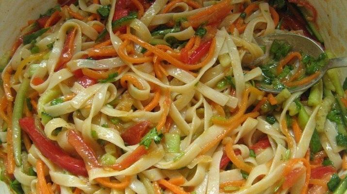 Вегетарианская лапша с овощной заправкой