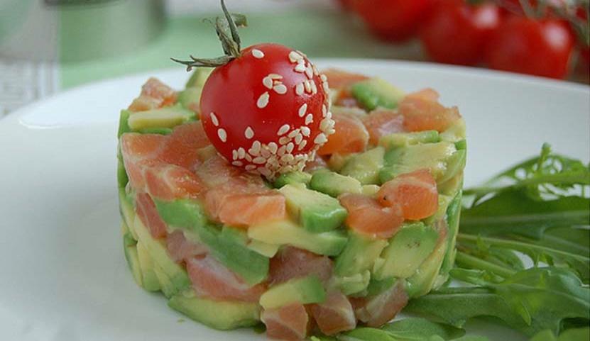 Нежный салат с семгой и авакадо