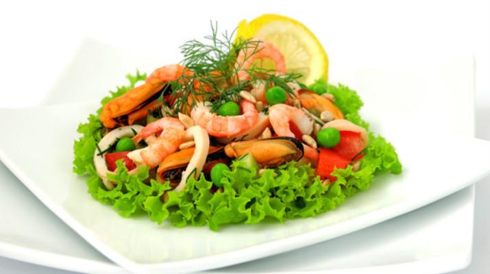 Легкий салат с «айсбергом», апельсином и мидиями
