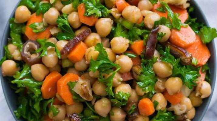 Нутовый салат с морковью, финиками и орехами