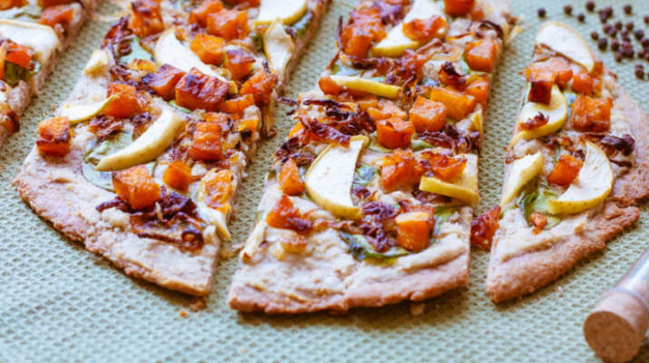 Пицца с тыквой и яблоками