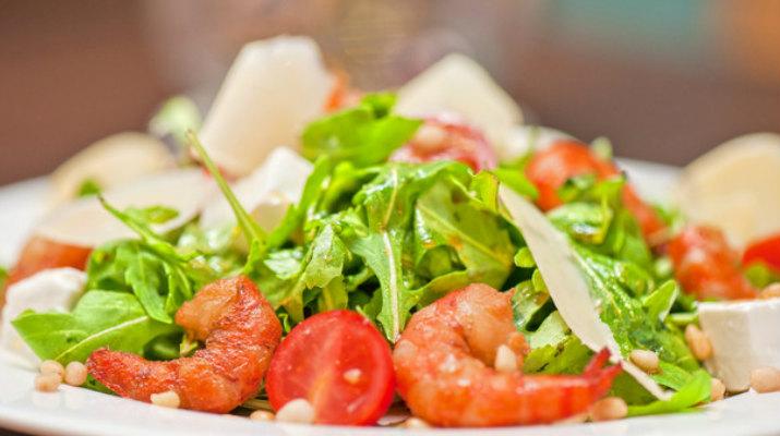 Теплый салат с рукколой и креветками