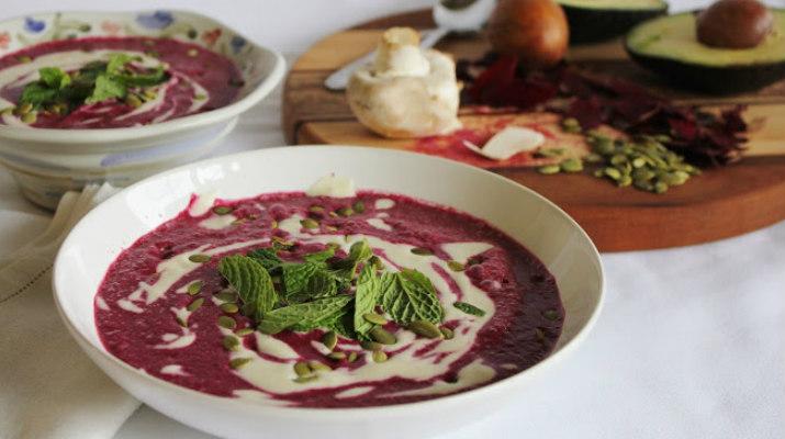 Свекольный суп с авокадо и кремом кешью
