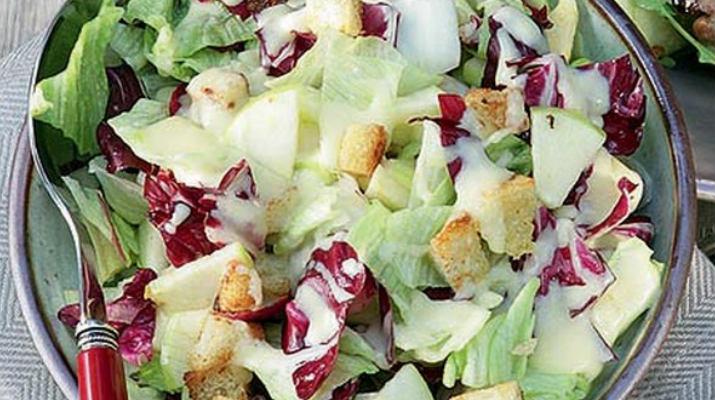 Салат с яблоком и сырной заправкой