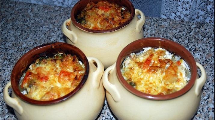 Картофель с овощами и грибами в горшочках