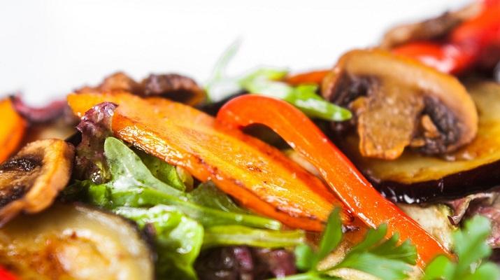 Яркий салат со свеклой, который приведет в восторг любого!