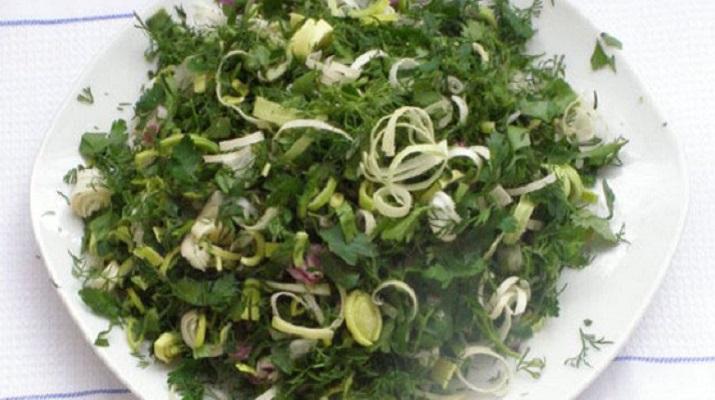 Салат из водорослей, шпината, щавеля и фризе
