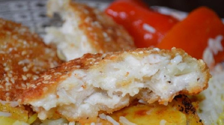 Рисовые котлеты с кунжутной корочкой и жареный рис