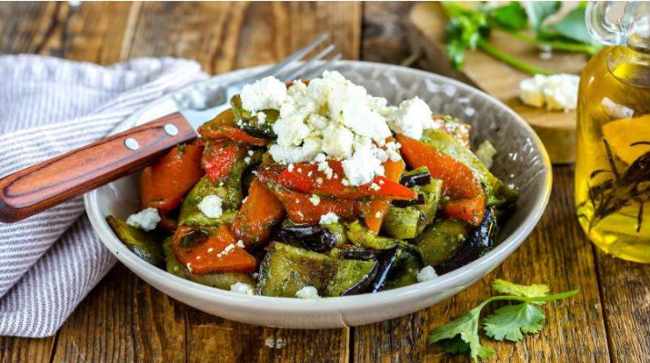 Салат из запеченных баклажанов и перцев с брынзой