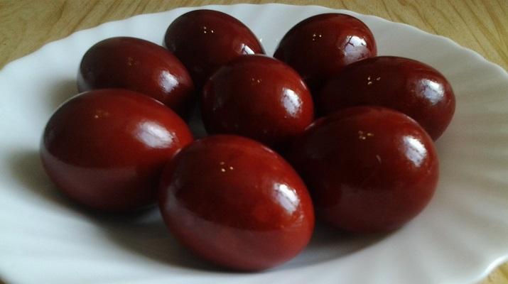 Яйца, крашенные в луковой шелухе