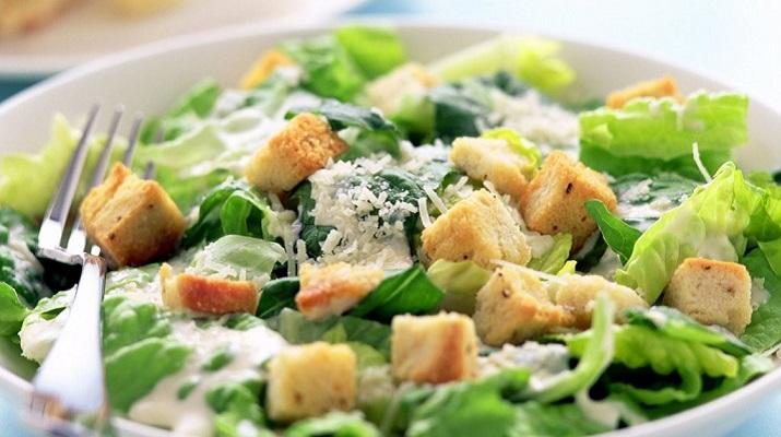 Салат «Цезарь» с адыгейским сыром