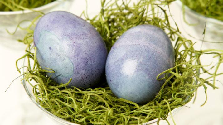Крашеные яйца черникой