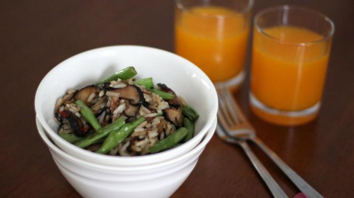 Жареный рис с фасолью и грибами