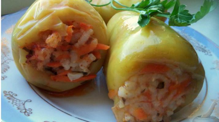 Перец, фаршированный овощами в томатном соке