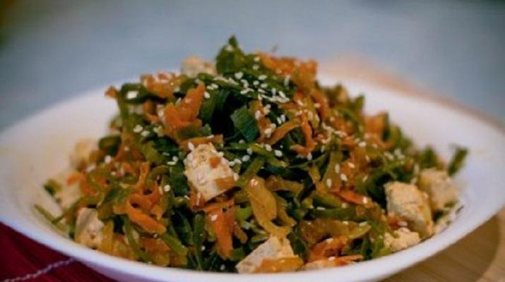 Теплый вегетарианский салат из морской капусты и тофу