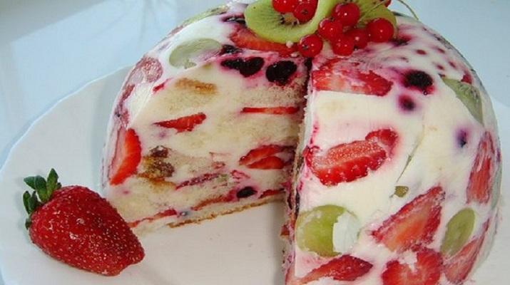 Торт сметанник с фруктами и ягодами