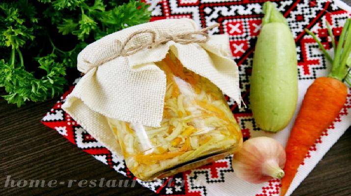 Сочный и хрустящий салат из кабачков на зиму
