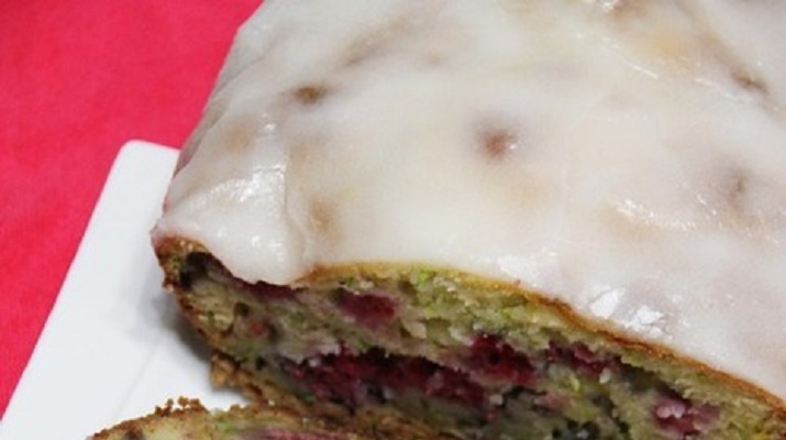 Аромат лета: нежнейший кекс с кабачком и малиной