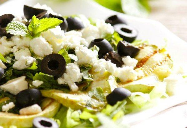 Летний салат из кабачков с фетой и маслинами