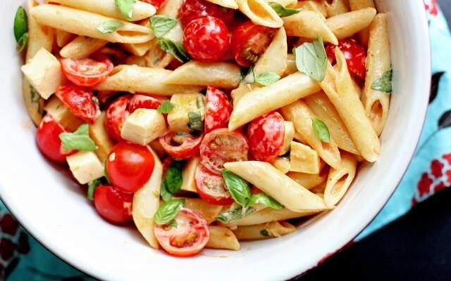 Брускетта — итальянские горячие бутерброды с помидорами и сыром