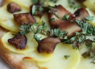 Вкусная пицца с картофелем и грибами
