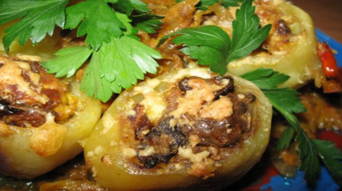 Картофель, фаршированный баклажанами и чесноком